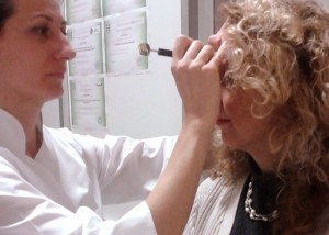 trattamento riflessologia faciale vietnamita a una donna