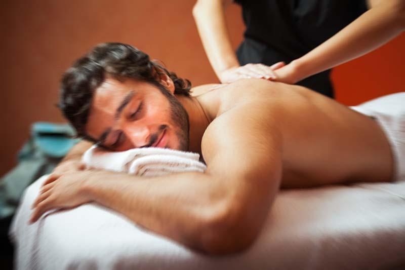 trattamento shiatsu rilassante alla schiena di un uomo