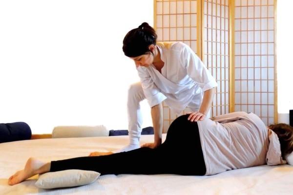 dottoressa Patrizia Bortolotti mentre esegue trattamento shiatsu