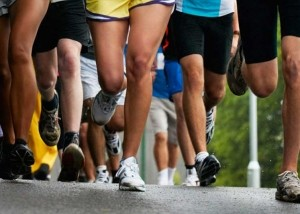 gambe di gruppp uomini che corrono