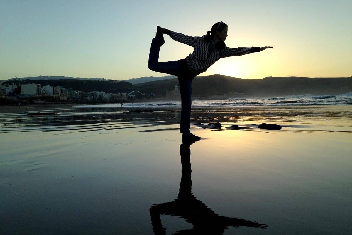 donna in equilibrio su una gamba