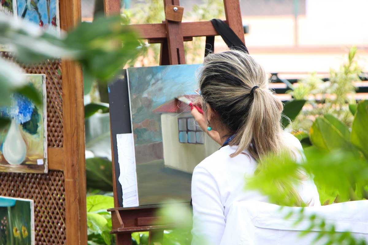 donna in un giardino mentre dipinge