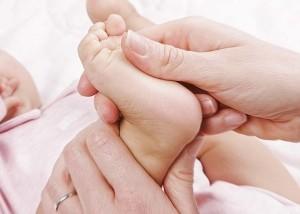 trattamento Tuinà pediatrico al piede a di un neonato