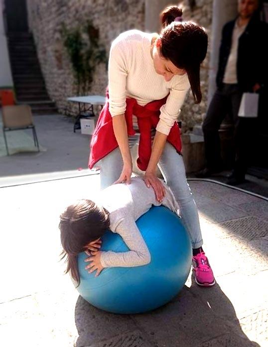 trattamento Shiatsu a un bambino su una palla
